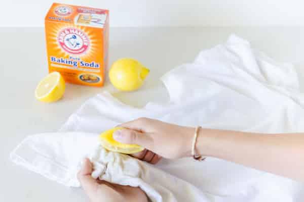 laver les taches sous les aisselles avec citron