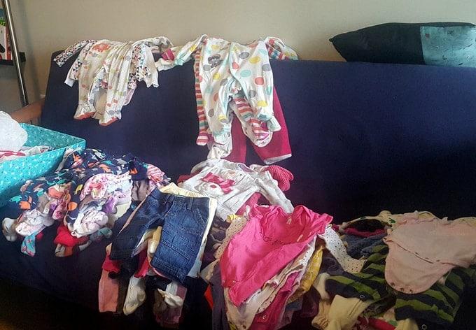 photo de pile de vêtement sur canapé