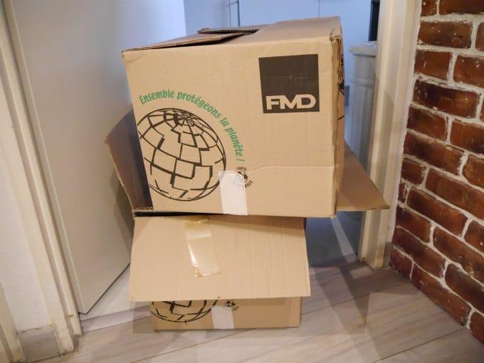 cartons devant une porte