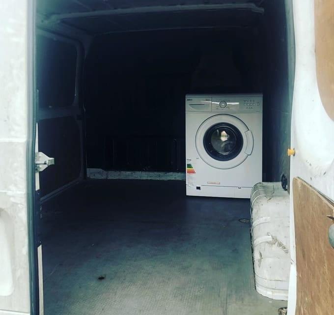 machine à laver au fond du camion