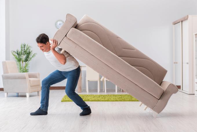 Photo d'un déménageur qui porte un canapé
