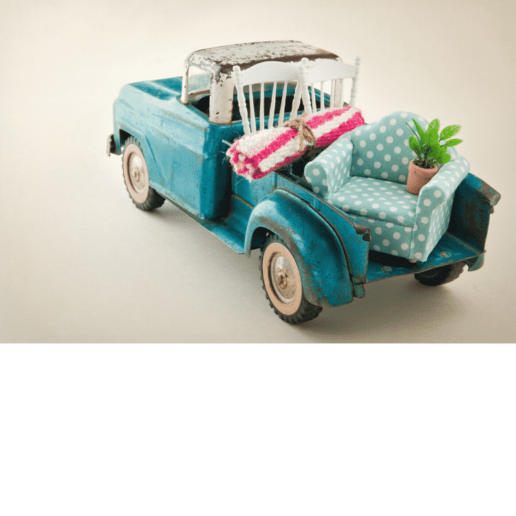 Photo de petite voiture qui déménage