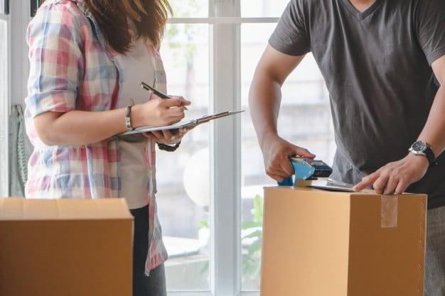 couple qui met des objets en carton