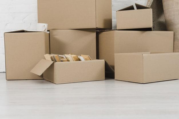 tas de cartons