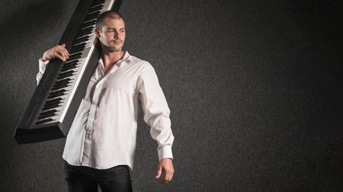 homme portant un piano