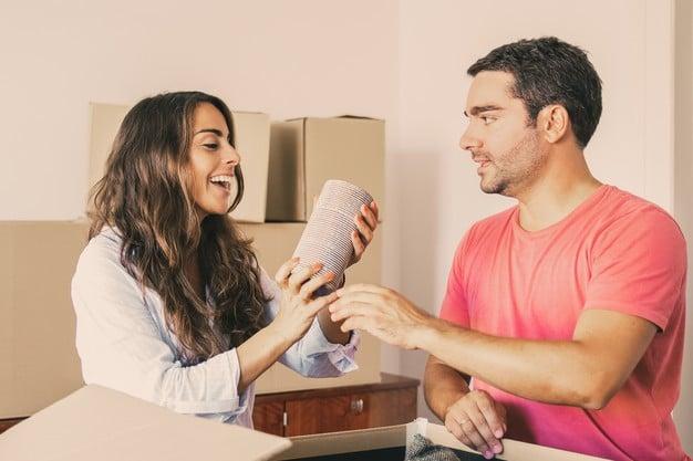 couple déballant ses cartons