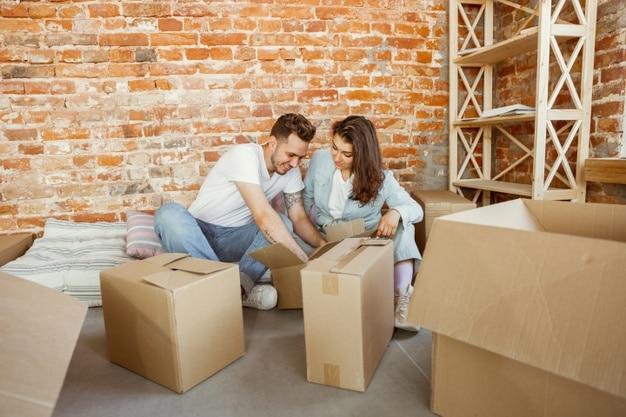 jeune couple déménage, prépare ses cartons