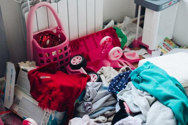 photo de désordre dans chambre de petite fille